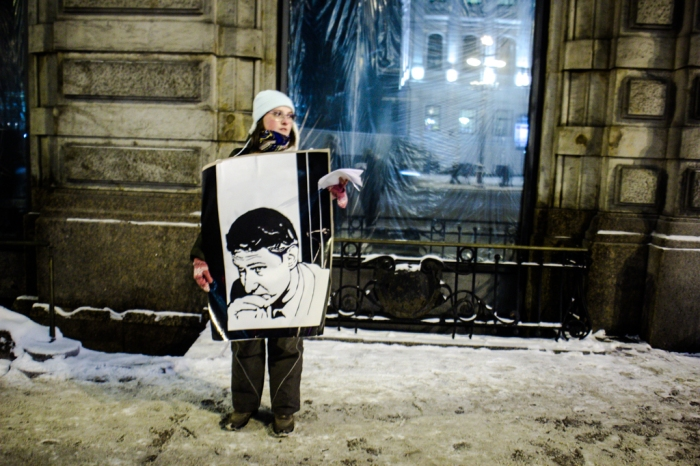 Picketer holds portrait of slain lawyer on Nevsky Prospect, January 19, 2016. Photo courtesy of Sergey Chernov