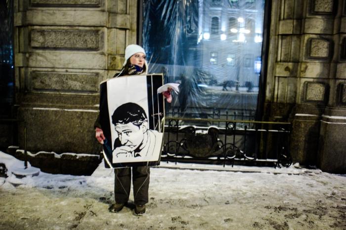 Picketer holds portrait of slain lawyer on Nevsky Prospect, January 19, 2016. Photo courtesy of Sergey Chernov