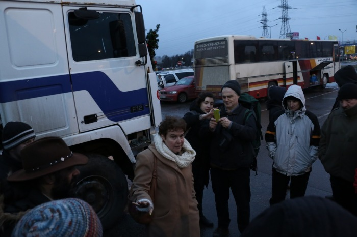 Tamara Eidelman (center; see her account, above) in discussion with the truckers in Khimki, December 26, 2015.