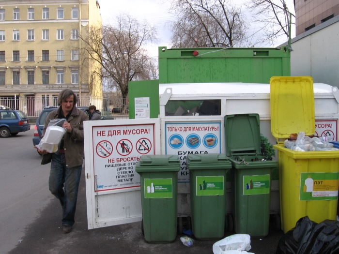 A member of the Collection Point team at work, April 5, 2015. Photo by the Russian Reader