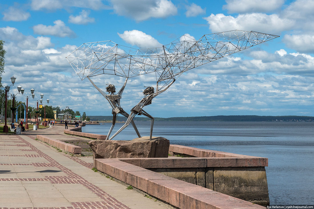 Lake Onega embankment in Petrozavodsk, capital of Soviet Karelia. Courtesy of varlamov.ru