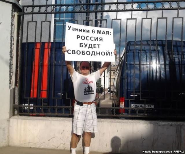 "Sergei Krivov picketing the Investigative Committee, Moscow, Summer 2012. His placard read, ""Prisoners of May 6: Russia will be free!"" Photo courtesy of Natalia Dzhanopoladova (RFE/RL)"