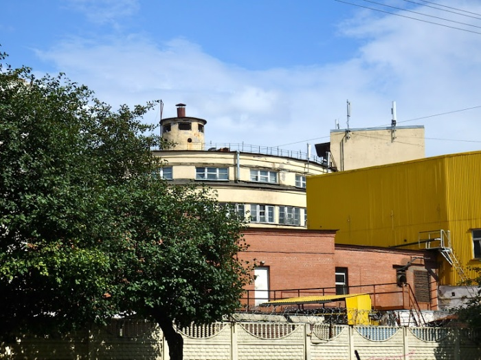 A view of another constructivist landmark in the neighborhood, the Levashovsky Bread Factor, designed by engineer Georgy Marsakov in 1930-1933. The company operating the plant, Darnitsa, moved production to the suburb of Pushkin several years ago, and although the building is listed, it could easily go the way of Mendelsohn's power station if a realistic conservation/conversion plan is not developed.