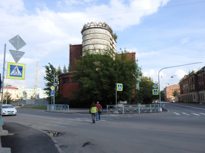 Erich Mendelsohn's power plant for the Red Banner Textile Factory, July 31, 2016. The construction site of Baltic Commerce's dubiously named Mendelsohn Housing Complex is located immediately to the left of the plant. Photo by the Russian Reader