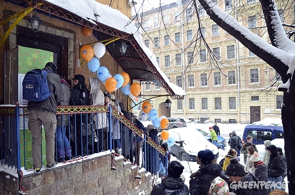 Queue at the public refrigerator on Vasilyevsky Island. Photo courtesy of Greenpeace