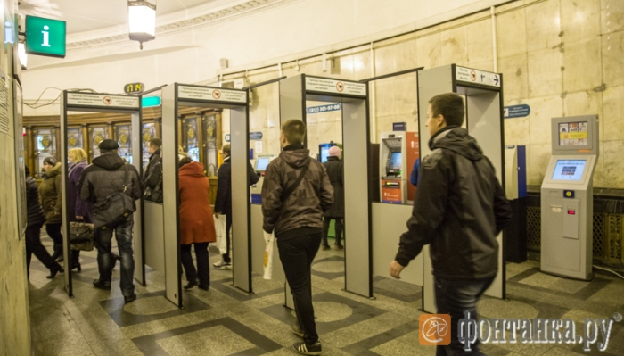 Metal detectors in the vestibule of a Petersburg subway station. Photo courtesy of Fontanka.ru