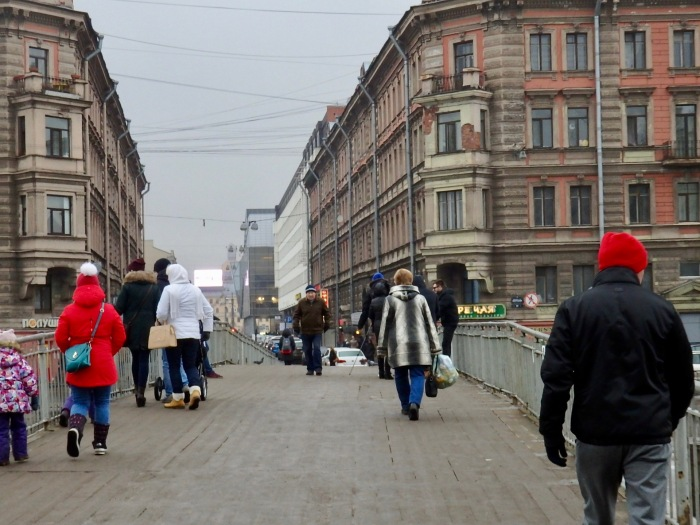 Rank-and-file Russians deserve a mandatory minimum wage, argues Alexei Gaskarov, and it would be good for the economy. Street scene near Haymarket Square in Petersburg, 4 February 2017. Photo by TRR