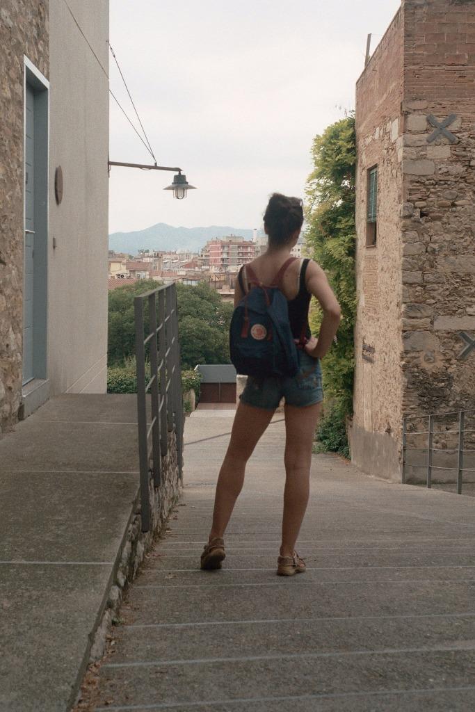 salfetki-sexy girlfriend in barcelona with Fjällräven backpack